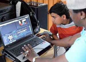 I ett redigeringsprogram matas de olika filmklippen in. Deltagarna får en inblick i hur skapandeprocessen ser ut.
