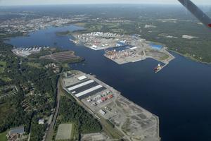 På Granudden, närmast i bild, ligger Gävle hamns containerfraktstation där bland annat pappersrullar från Korsnäs lastas i containrar. I bakgrunden, på norra sidan vattnet, syns bulkterminalen och containerterminalen i  Fredriksskans. Foto: Lasse Halvarsson