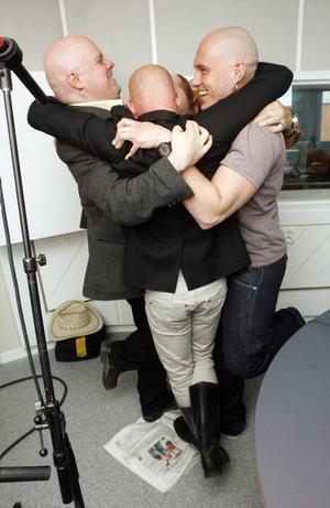 SKÄMTAR MED TIDNING. Det krävs en stor kram och lite fusk när fyra skalliga män ska stå på Svenska Dagbladets ledarsida.