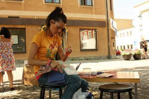 Ester Schütz förbereder ansiktsmålningen.