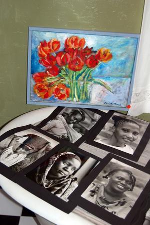 Bilder med historier. På borden ligger fotografierna av afrikanska kvinnor uppradade.