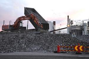 Per dag har som mest över 200 lass med krossat berg körts till Östrands nya område.