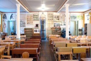 Skolbänkar och skolplanscher från Brunflo och socknar omkring finns i den avställda gamla skolbyggnaden.
