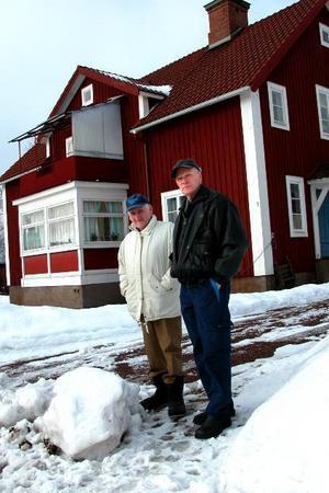Orkar inte skotta. Helmer Nygårds och Lille-Bror Källersmyr är kritiska till snövallar som blockerar infarter efter snöplogars framfart