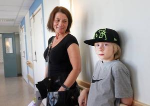 Cina Johansson som gick runt med sonen Erik ansåg att det blir betydligt bättre arbetsmiljö i det nya huset.Irma Stridh, 90 och Rut Bärnvall, 88, gillade vad de såg när de inspekterade nya Bysjöstrand.
