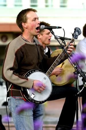 Glada toner. Tomas Börjesson spelade banjo under kvällen. Foto:Jan Dalevall