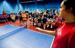 Mathilda Nilsson instruerar ungdomarna under veckans träningsläger.