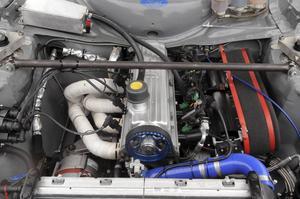 Motorn går på sprit och ger drygt 240 hästkrafter.