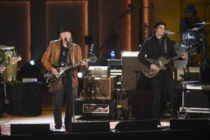 Lukas bror, Micah, tillsammans på scenen med Neil Young.
