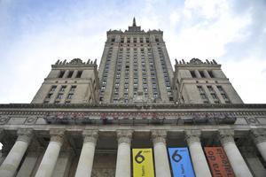 Omdiskuterad byggnad. Det väldiga Kulturpalatset syns över hela Warszawa.