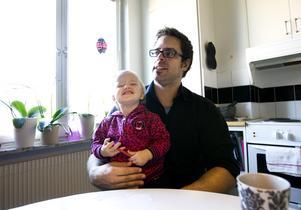 Andreas Danielsson tror att pappor som inte är hemma med sina barn signalerar till barnen att de inte är så viktiga i pappans liv.