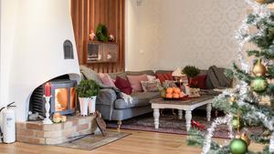 Murstocken är original, men paret behövde putsa och måla den. Brasan går för fullt under vinterhalvåret och gör det extra mysigt kring jul- och nyårshelgen.
