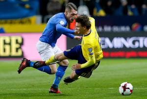 Sverige får klara sig utan Albin Ekdal när returen mot Italien spelas i morgon. Foto: Frank Augstein.
