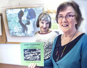 Britt Stadin och Ingrid Meiton med den tryckta boken om trädgårdsskolan.