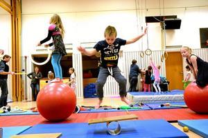 """hopp! Tone Wästborn, 6 år, från Nora var med på cirkusskolan för andra året. Hon hade lärt sig den svåra konsten att hoppa upp påoch sedan balansera på plankan. """"Lite nervöst"""", säger hon om att visa upp vad hon lärt sig under veckan. """"Vi fokuserar mycket på balans. Det utvecklar alla sinnen, men kräver mycket träning och att man kan behålla lugnet"""", säger Roman Kripatov."""