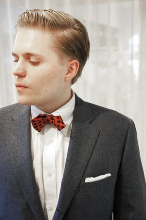 Per Nilsson driver en modeblogg för män. Han menar att en mörk kostym alltid är ett säkert kort om klädkoden är diffust angiven på inbjudan till festen.