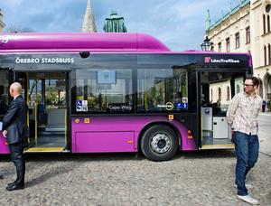 Inte klart. Vissa bussar har fått namn, men långt ifrån alla. Den här bilden togs när Cajsa Warg-bussen invigdes.