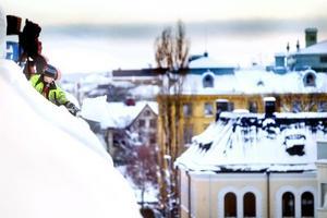 Snöskottare kan leva farligt. Men inte Stefan Persson från Ösa Plåtslageri som är ordentligt fastspänd med sele och säkerhetslina.