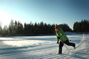 SKIDGLÄDJE. Hjalmar Nyholm går i klass 1 på Åmots skola. Han spurtade så snön yrde när han kom in på upploppet på första varvet.