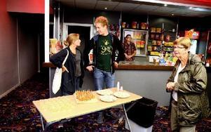 Karolina Nordman och Martin Eriksson från Hökartorget hade dukat upp med snittar och cider till galapremiären för bandets andra video. I höst ska de släppa ytterligare fem, sex låtar. Foto: Johan Källs/DT