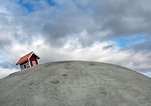 Mellan 2007 och 2009 stod en liten stuga på toppen av månkullen vid infarten till Västerås. Men stugan (stugorna) utsattes för både bränder och explosioner.