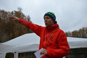 Matt Ford instruerar före start i testloppet inför Örebro parkrun.