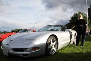 Lars Andersson (ja, en till) med sin silverfärgade Corvette av årsmodell 1999.