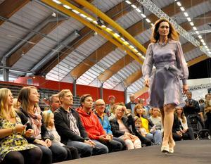 Efter designelevernas visning togs catwalken över av modeföretaget Thalia, som Göran Alfredsson grundat.