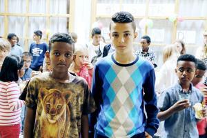 Yonas Tedyos och Haris Abazi  var några av eleverna som ordnade guidade visningar för skolans yngre barn.