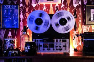 Musik är ett viktigt inslag i studion.