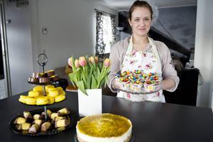 Med en färgsprakande påskbuffé blir firandet både vackert och gott. Carolin Mann bjuder på sina bästa recept.