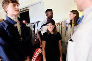 Naemi Gustavsson backstage innan visningen på Grand Hotell.