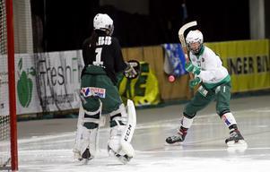 Matihilda Eklund försöker sätta bollen i nät bakom måvakten Isabelle Larsson.