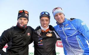Trean Jimmie Johnsson, Axa SC, till vänster och tvåan Daniel Richardsson, Hudiksvall, flankerar Calle Halfvarsson. Foto: Nisse Schmidt/DT