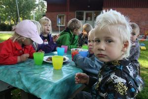 Mio Jansson gillade invigningens chokladbollar. Det var Mio Janssons mamma Karén Spännare som tillverkade vägskyltarna, som sedan ledde till att även ett övergångställe tillkom i skolgårdsmiljön.