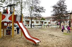 En helt ny skolgård men nya uteleksaker. I paviljongen huserar förskoleklassen och fritidsverksamheten.