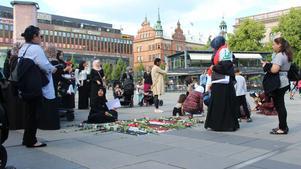 På torget samlades människor för att tända ljus och lämna blommor.