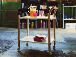Bord i massiv bok och stål av Thomas Sandell.
