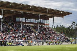 Rekordpublik när ÖFK och Hammarby möttes på Jämtkraft Arena. Nu är inte ÖFK överens med kommunen om nytt hyresavtal.