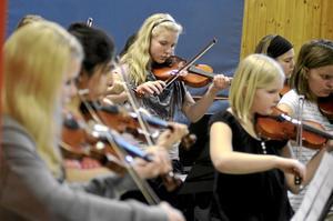På tisdagen fick kulturskolans elever visa sitt kunnande med fioler och cello för eleverna på Norrgården. Inför brakande applåder tog de två orkestrarnas del av kulturskolans veckoturné slut.