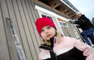 En stor anledning till flytten hem var att barnen skulle få en tryggare uppväxt. Gisela, Elin (bilden) och Tom-Erik tror att Sånghusvallen är rätt ställe för dem.