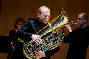 Øystein Baadsvik på tuba, bakom skymtar Linnekvintettens trombonist Birgitta Lagerstedt och Östersundsbördige trumpetaren Palle Hägglöf.