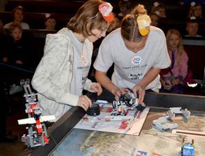 Ella Gärdin och Fanny Jonsson från Nyheden fick bygga om sin robot en del.