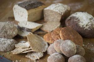 Jessica Frej och Maria Blohm experimenterade - och lyckades skapa både gott och saftigt glutenfritt bröd.