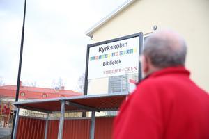 Skylten vid Kyrkskolan i Söderbärke är ett av flera exempel som Leif lyfter som ett problem i namnfrågan.