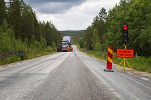 En vanlig syn under våren. Men lagom till vecka 29 ska reparationsarbetet av väg 310 vara så gott som klart enligt entreprenören Lemminkäinen.