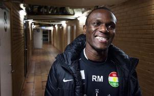 Alltid leende. Dalkurds tränare Robert Mambo Mumbas filosofi är att alltid se saker positivt. Foto: Klockar Mattias Nääs/DT