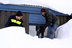 Marcus Hanson och Matilda Jacobs skottar fram fönstret på Sylarnas fjällstation.