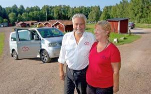 """""""Vi har fått massor av taxiförfrågningar – alla tider på dygnet"""", berättar Per och Monica Hägerstrand. Foto: Kent Olsson"""