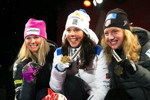 De tre medaljörerna med guldmedaljören Charlotte Kalla i mitten, flankerad av amerikanskorna Jessica Diggins och Caitlin Cregg.
